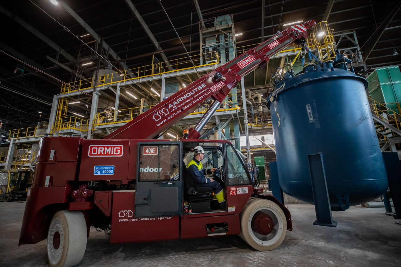 De pick en carry kraan van Aarnoutse Transport aan het werk tijdens een industriele verhuizing en machineplaatsing